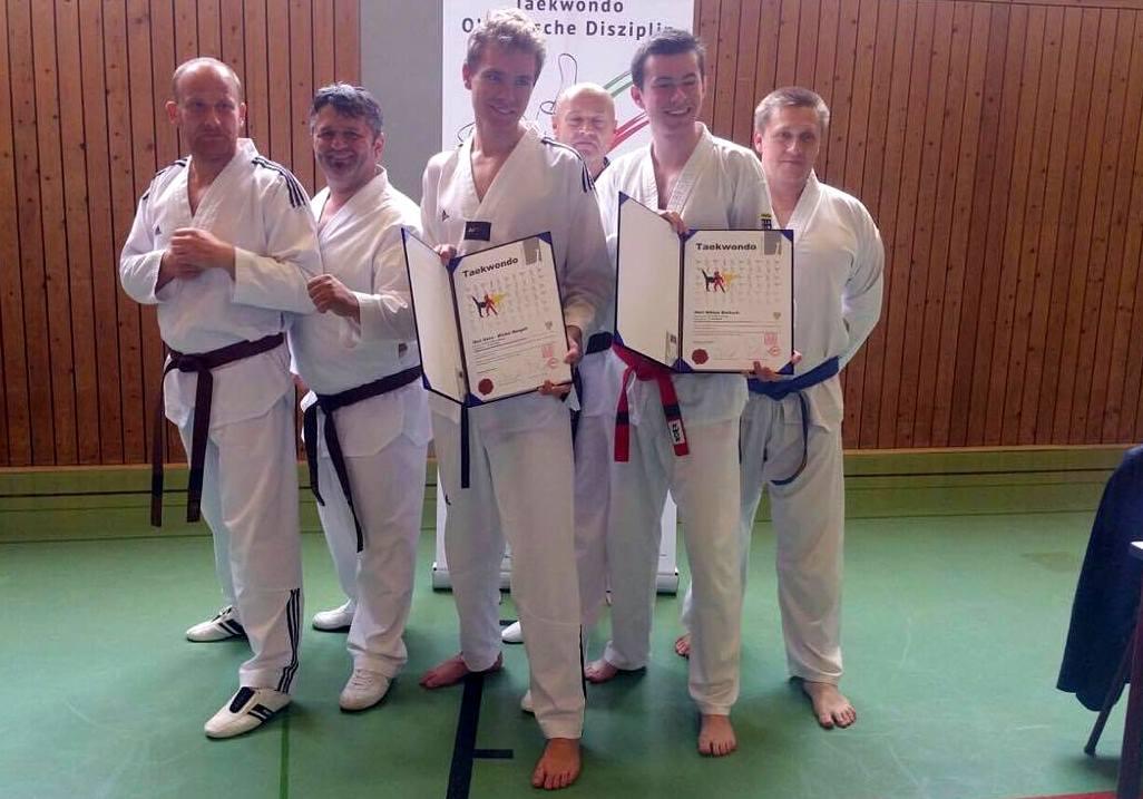 Taekwondo-Sportler bestanden Prüfung zum Schwarzgurt